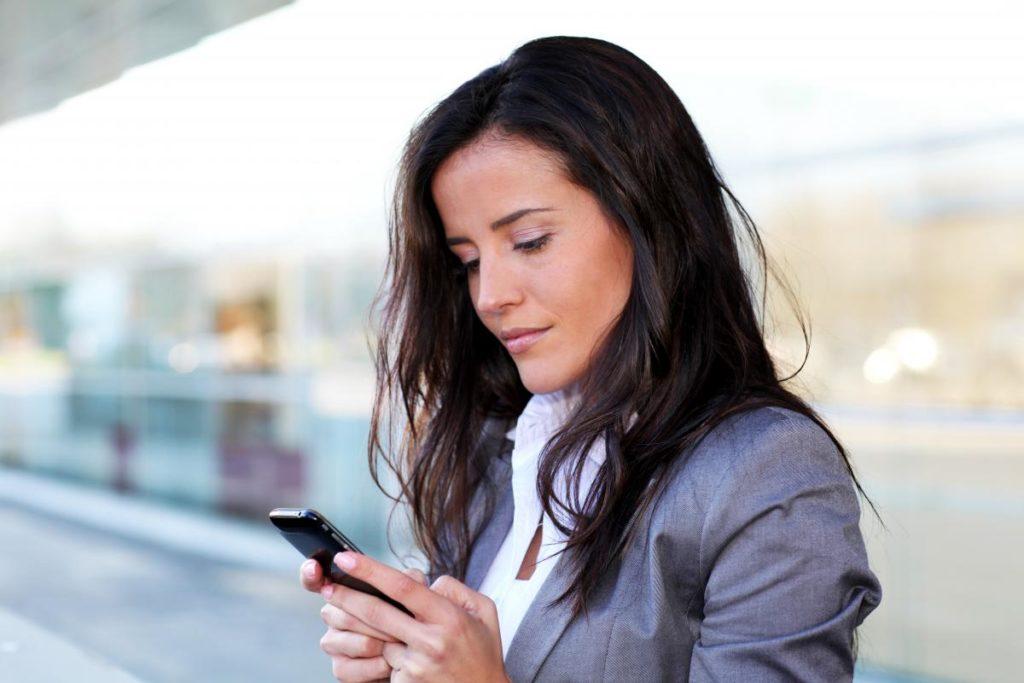 Негативная зрительная привычка смотреть на смартфон сверху-вниз