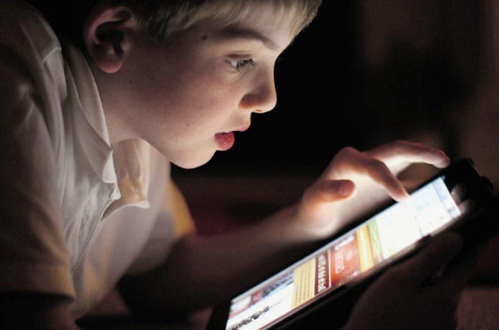 Объясните детям, что не стоит пользоваться гаджетами в темноте, чтобы не портить зрение